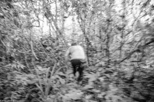 Sr. Emilson corria à frente para alcançarmos os macacos.